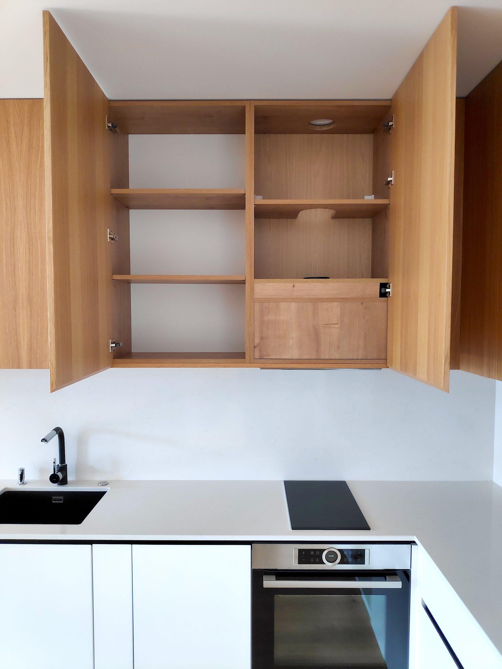 Кухня шкаф отворен